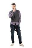 Poważnego młodego brodatego mężczyzna dymienia papierosowa patrzeje kamera Fotografia Stock