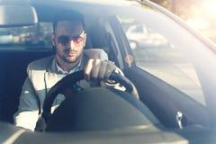 Poważnego młodego człowieka napędowy samochód obraz stock