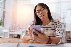 Poważnej brunetki dziewczyny pisać na maszynie wiadomość Fotografia Royalty Free