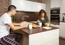 Poważnej pary czytelnicza wiadomość w domowym śniadaniu zdjęcia stock