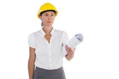 Poważni żeńscy architekta mienia plany i ciężki kapelusz Obraz Royalty Free