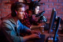 Poważni gamers są zabawni w domu obrazy royalty free