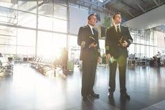 Poważni lotnicy lokalizuje przy lotniskiem obrazy royalty free