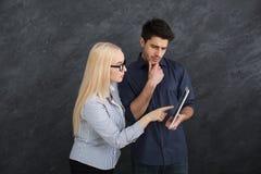 Poważni partnery biznesowi używa cyfrową pastylkę przy studiiem zdjęcie stock