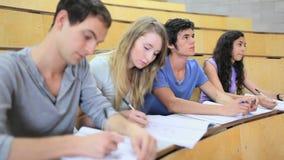 Poważni ucznie bierze notatki zdjęcie wideo