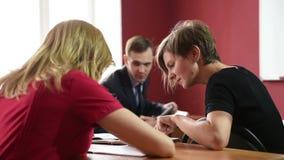 Poważni ucznie siedzi dla egzaminu zbiory