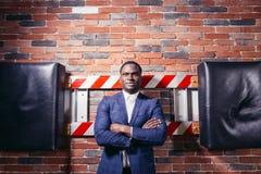 Poważny afrykański biznesmen z rękami krzyżować Zdjęcia Royalty Free