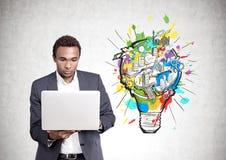 Poważny amerykanina afrykańskiego pochodzenia mężczyzna laptop, biznesowy pomysł obrazy royalty free
