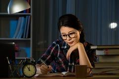 Poważny azjatykci młody studencki studiowanie Zdjęcia Stock