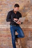 Poważny biznesmen Używa laptop fotografia royalty free