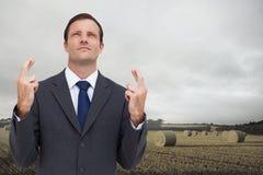 Poważny biznesmen z palcami krzyżującymi jest przyglądający up Fotografia Royalty Free
