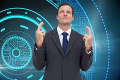 Poważny biznesmen z palcami krzyżującymi jest przyglądający up Fotografia Stock