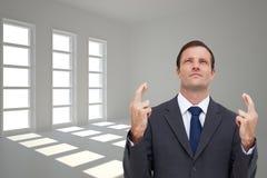 Poważny biznesmen z palcami krzyżującymi jest przyglądający up Obraz Stock