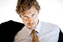 Poważny biznesmena kładzenie na kurtce Fotografia Stock