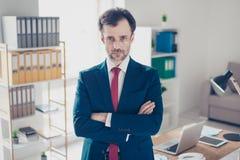 Poważny biznesmena makler jest koncentrujący i patrzejący w c zdjęcie royalty free