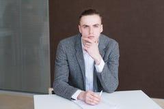 Poważny biznesowego mężczyzna kierownika korporacyjny miejsce pracy obraz stock
