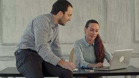 Poważny biznesowy mężczyzna i kobieta z laptopem zbiory