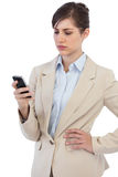 Poważny bizneswoman pozuje z telefonem na prawej ręce Obrazy Stock
