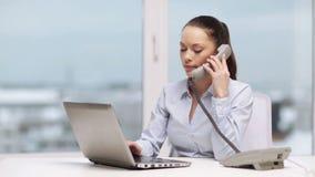Poważny bizneswoman z telefonem w biurze zbiory