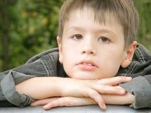 poważny chłopiec portret zdjęcie royalty free