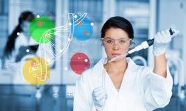 Poważny chemik pracuje z colourful dna helix diagrama inteface royalty ilustracja