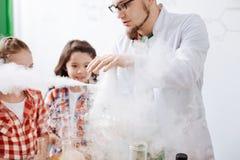 Poważny doświadczony naukowiec wykonuje chemicznego eksperyment obraz royalty free
