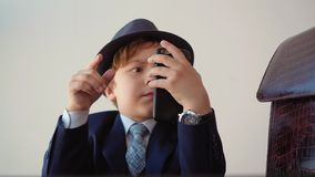 Poważny dziecko biznesmen Wyszukuje telefon komórkowego zbiory wideo