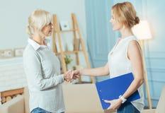 Poważny emeryt docenia pracę jej pieniężny advisor obrazy royalty free
