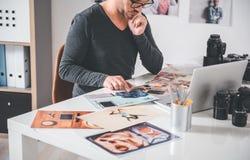Poważny fotograf patrzeje drukowanych wizerunki zdjęcia royalty free