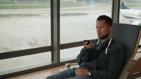 Poważny gniewny boczny portret studencki turystyczny freelancer biznesowego mężczyzny głosu rozpoznania wiadomości mowy audio tel zbiory wideo