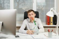 Poważny i engrossed biznesowy mężczyzna w koszulowym obsiadaniu przy biurkiem, pracuje przy komputerem z nowożytnym monitorem Kie Zdjęcie Stock