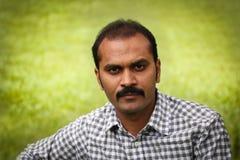 Poważny i zdecydowany indyjski mężczyzna strzelał przy outdoors Fotografia Royalty Free