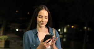 Poważny kobiety odprowadzenie używać mądrze telefon w ciemnej nocy zbiory wideo