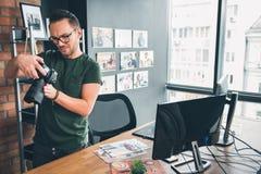 Poważny mężczyzna patrzeje cyfrowego przyrząd Fotografia Royalty Free
