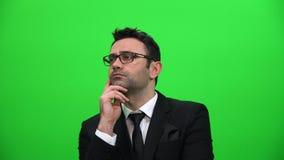 Poważny mężczyzna przyglądający up na zielonym parawanowym tle zbiory wideo