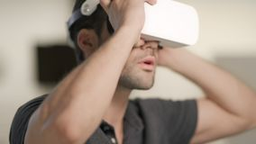 Poważny mężczyzna stawia wirtualnych gogle w domu Zbliżenie mężczyzny twarz w vr zbiory