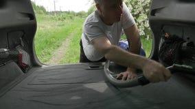 Poważny mężczyzna trzyma plastikowego hoover węża elastycznego, próżnie aktywnie i zdjęcie wideo