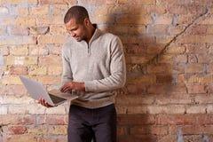 Poważny mężczyzna używa laptop Zdjęcia Royalty Free