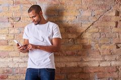 Poważny mężczyzna używa smartphone Obraz Stock