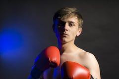 Poważny mężczyzna w czerwonych bokserskich rękawiczkach Zdjęcie Royalty Free