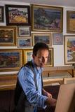Poważny męski artysta maluje jego obrazek Obraz Royalty Free