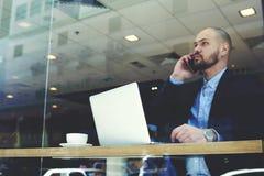 Poważny męski finansista dzwoni z telefonem komórkowym Obraz Royalty Free