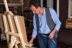 Poważny męski malarza lookig przy jego paletą Obraz Stock