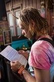 Poważny męskiego ucznia czytanie Zdjęcie Royalty Free