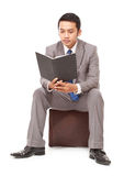 Poważny młody biznesmen czyta książkę Zdjęcia Royalty Free