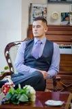 Poważny młody człowiek z brodą i w kamizelce, krawacie, Obrazy Royalty Free