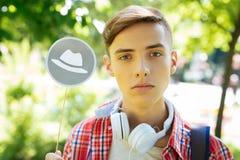 Poważny młody człowiek zbiera dostępną informację zdjęcie stock