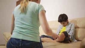 Poważny macierzysty wykłada unpleased nastolatek w domu zbiory wideo