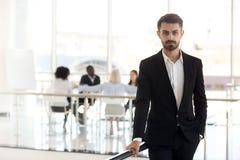 Poważny millennial korporacyjny lidera lub kierownictwa ceo patrzeje zdjęcia stock