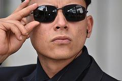 Poważny Mniejszościowy agent fbi Jest ubranym okulary przeciwsłonecznych Obrazy Stock